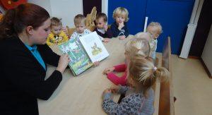 Foto van kinderen die luisteren naar een verhaaltje